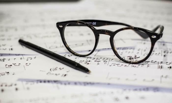 Komponistenwerkzeug Brille und Schreiber