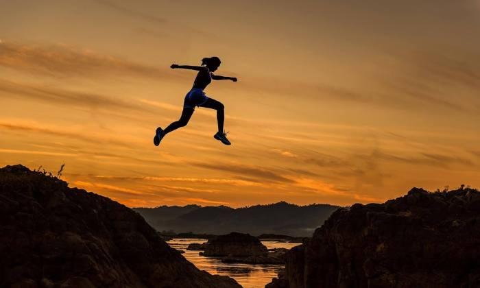 Das Leben lieben mit allen Facetten - springende Frau in der Dämmerung.