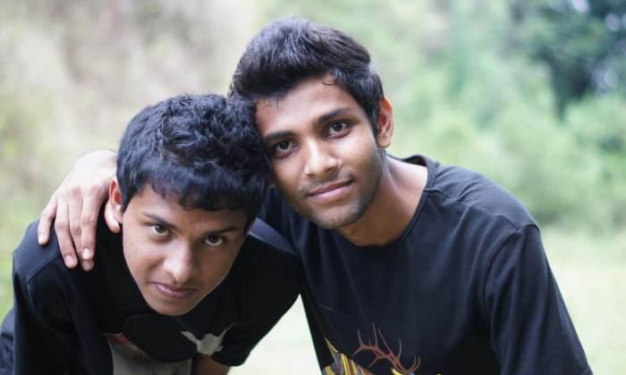 Zwei junge Männer, die einen Schulterschluss erleben.