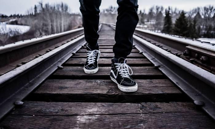 So weit die Füsse tragen - Laufender auf dem Bahngeleise.