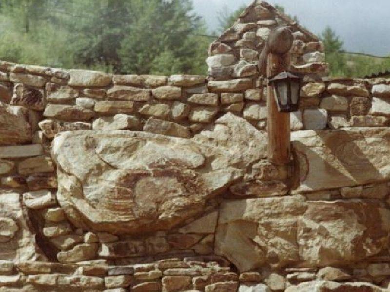 стена из глыб желтого песчаника и бутового камня