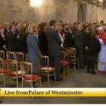 Un niño se acerca a besar al Papa al salir de Westminster