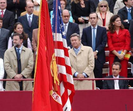 No se levanta ante la bandera de EEUU para protestar contra Aznar