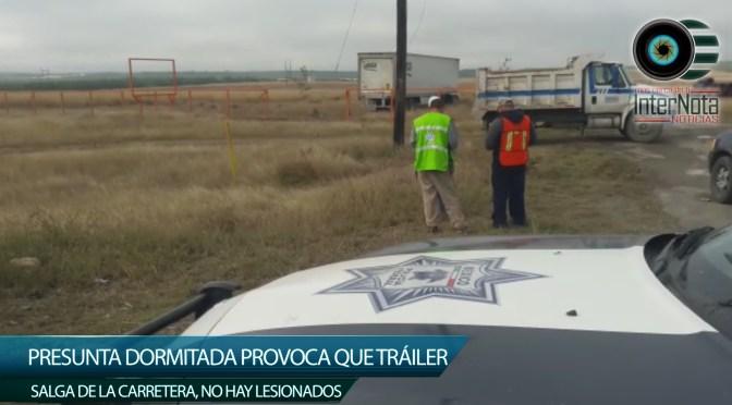 PRESUNTA DORMITADA PROVOCA QUE TRÁILER SALGA DE LA CARRETERA, NO HAY LESIONADOS