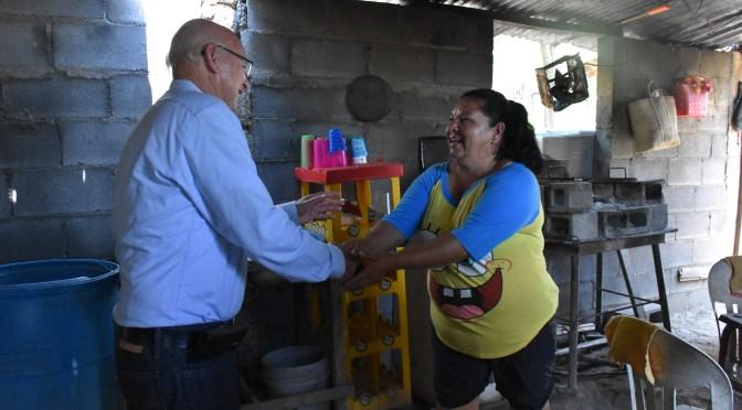 BRINDAN APOYO DE VIVIENDA A FAMILIA EN EL PASO HONDO