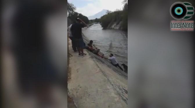 JÓVENES HACEN CADENA HUMANA PARA RESCATAR A UN PERRO DE UN CANALÓN.