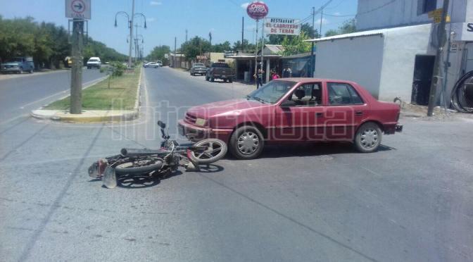 VEHÍCULO IMPACTA A MOTOCICLETA, HAY UN LESIONADO.
