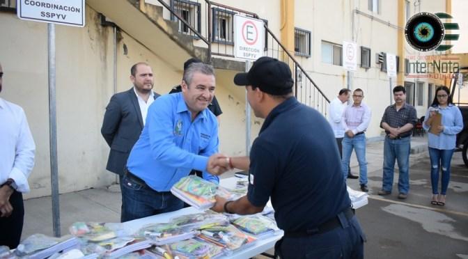REALIZAN ENTREGA DE ÚTILES ESCOLARES A ELEMENTOS DE SEGURIDAD PUBLICA EN SANTIAGO NUEVO LEÓN