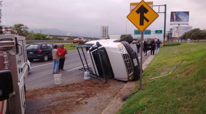 ESQUIVA AUTO Y TERMINA VOLCADO.
