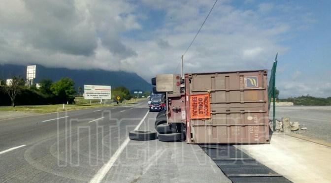 SE DESPRENDE REMOLQUE DE TRÁILER PROVOCANDO DAÑOS MATERIALES.