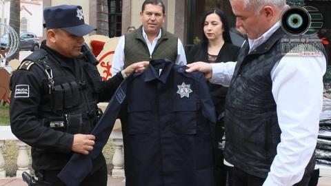 UNIFORMA EN SU TOTALIDAD ALCALDE DE GENERAL TERÁN A ELEMENTOS DE PROTECCIÓN CIVIL Y POLICÍA MUNICIPAL