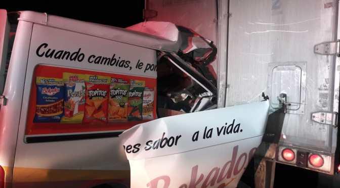 PERSONA RESULTA PRENSADA LUEGO DE IMPACTARSE CONTRA TRACTO CAMIÓN.