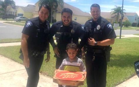 NIÑO REPORTA QUE TIENE HAMBRE AL 911 Y POLICÍAS LE DAN UNA PIZZA