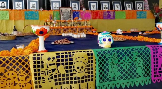 REALIZAN EXPOSICIÓN DE ALTARES DE MUERTOS EN TUMBAS DEL PANTEÓN MUNICIPAL EN RAYONES, N.L.