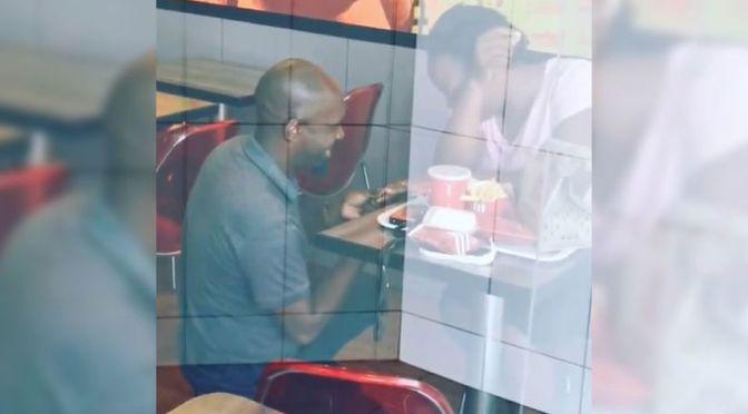 HOMBRE RECIBE BURLAS TRAS PROPONER MATRIMONIO EN KFC.TENDRA UNA BODA MILLONARIA.