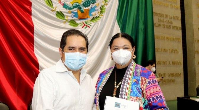 DIPUTADO FEDERAL DEL DISTRITO 9 JUAN ESPINOZA EGUÍA ENTREGA EN TIEMPO Y FORMA SU SEGUNDO INFORME DE ACTIVIDADES A SU COMPAÑERA LA DIPUTADA DULCE MARÍA SAURI QUIEN ES PRESIDENTA DE LA CÁMARA DE DIPUTADOS.