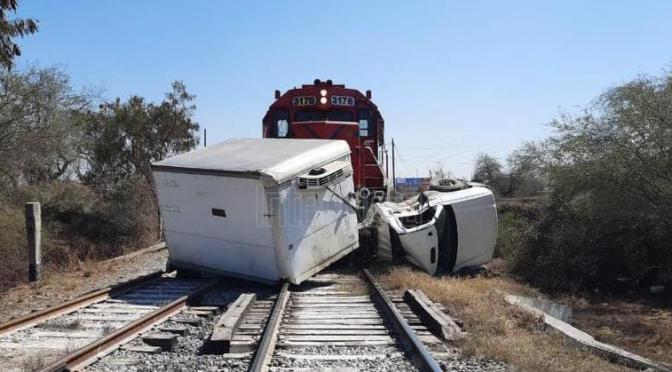QUEDA CAMIÓN TOTALMENTE DESTROZADO AL INTENTAR GANARLE EL PASO AL TREN EN JUÁREZ, N.L.