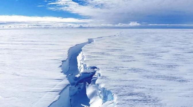UN ICEBERG CASI DEL TAMAÑO DE LOS ÁNGELES SE SEPARA DE LA ANTÁRTIDA. SE HA ESTIMADO QUE EL ICEBERG MIDE 1.270 KILÓMETROS CUADRADOS