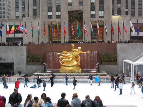 Patinação no gelo durante o inverno no Rockefeller Center, New York.
