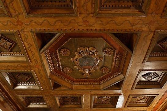 Detalhe dos entalhes na decoração.