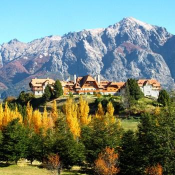 Em Bariloche, o hotel Llao Llao compõe a paisagem das montanhas da cidade.