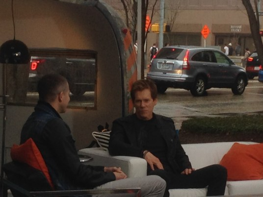 Kevin Bacon interviewed at the E! News trailer
