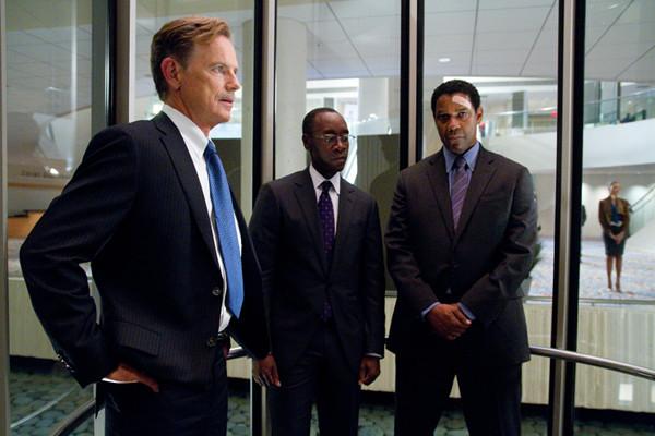 Bruce Greenwood e Don Cheadle como os protetores do personagem de Denzel Washington