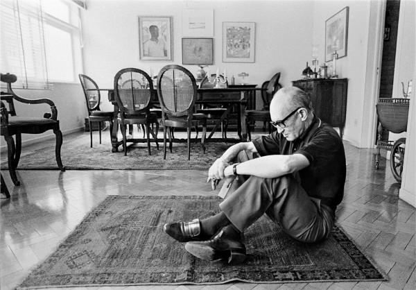 Drummond em sua casa por ocasião da homenagem aos seus 80 anos