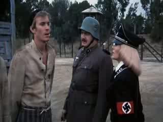 """Ilsa escolhendo um dos prisioneiros """"azarados"""" para lhe fazer companhia."""