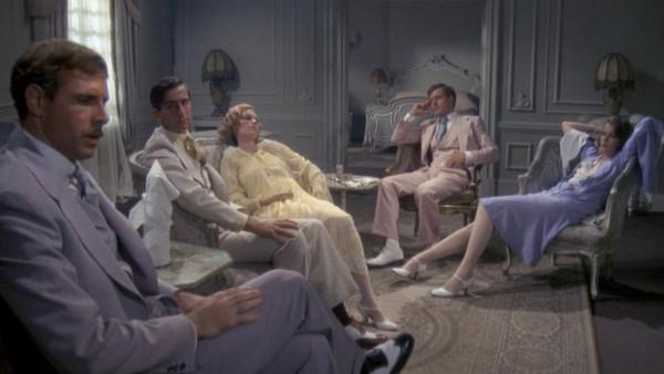Cena da adaptação de 1974 com Bruce Dern, Sam Waterston, Mia Farrow, Robert Redford e Lois Chiles