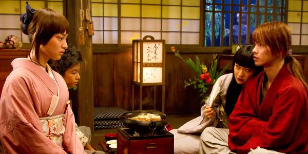 Kaoru Kamiya (Emi Takei) e Kenshin (Takero Sato)