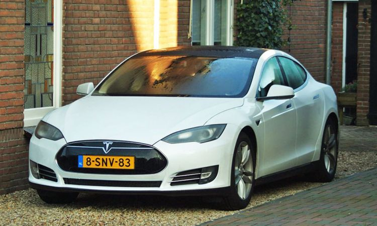 Self-driving car. Tesla Model S. By Niels de Wit from Lunteren, The Netherlands [CC BY 2.0 (http://creativecommons.org/licenses/by/2.0)], via Wikimedia Commons