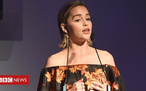 102386769 p06cwxdx - Emilia Clarke pays tribute to nurses after death of her father