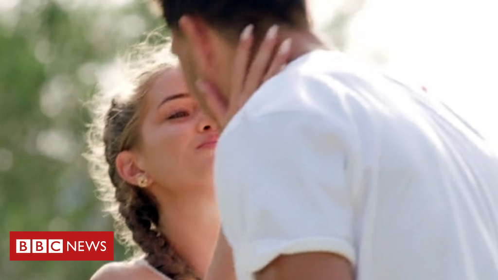 102496607 loveis - Love Island: 630 complain to Ofcom over kiss 'lie'