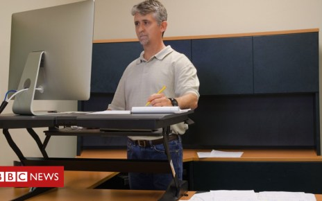 103805178 sit standdesk - Standing desks 'boost work performance'