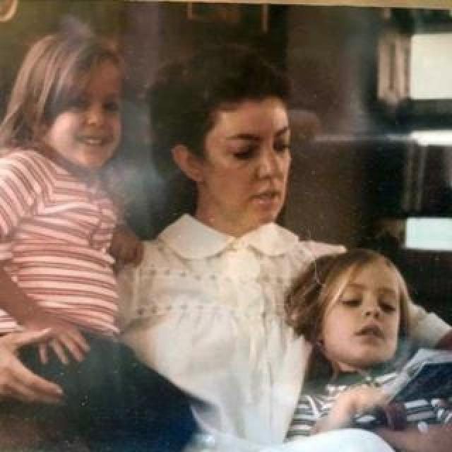 Alejandra Rueda (right) reading with her mother and sister as a child