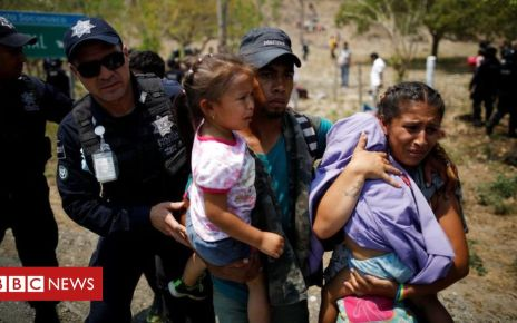 106570955 ee3f8ce7 7150 48e7 81ae a7037b60fb6b - Migrant caravan: Mexico detains hundreds in raid
