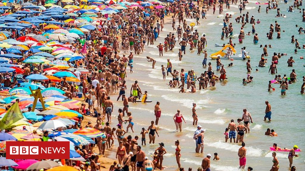 96990951 gettyimages 481551026 - Holidaymakers hit as pound slides