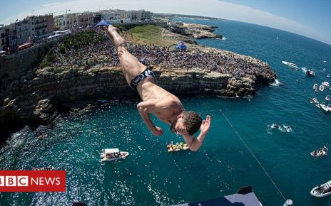 107219604 p07c44vc - World's top cliff divers make splash in Italy