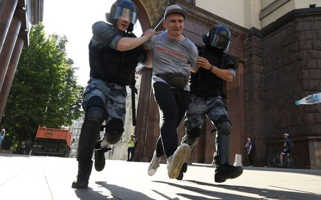 p07j0zxw - Russia launches probe into 'mass unrest' at Moscow protest
