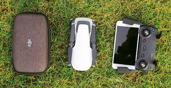 DJI Mavic Air после складывания не намного больше, чем iPhone 8 Plus, который справа прикреплен к пульту дистанционного управления. Транспортировочная коробка для дрона поместиться практически в каждом кармане.