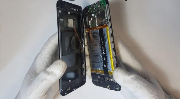 Отделение крышки аккумулятора на телефоне Huawei P Smart