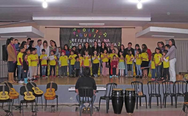 Pais dos alunos do coral infantil também participaram de apresentação