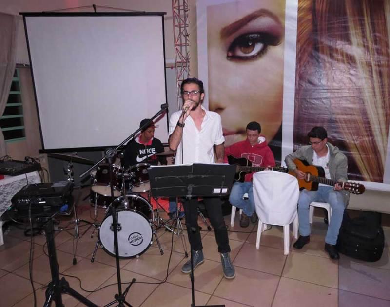 O cantor Tiago Medeiros com alguns dos integrantes da Oficina de Musicalização do CRAS