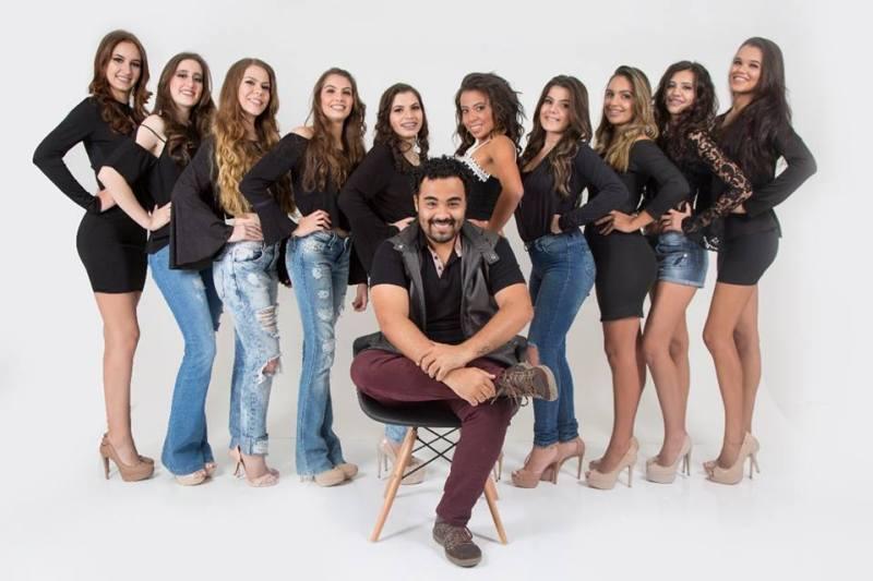 As concorrentes do Garota Cravinhos 2017, com o organizador do evento, Gustavo Mantoanelli