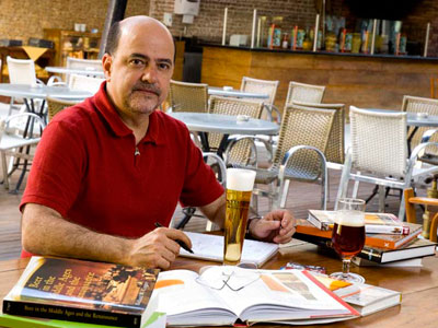"""O curador da exposição """"O Universo da Cerveja"""" e autor do livro """"Larousse da Cerveja"""", Ronaldo Morado"""
