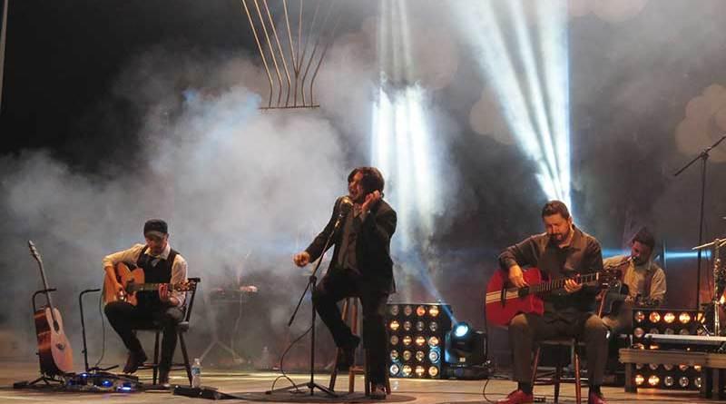Rock do grupo Rosa de Saron faz teatro 'balançar'