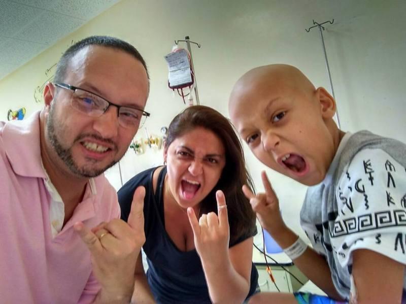Vinícius com seus pais Karin e Ricardo Cordeiro