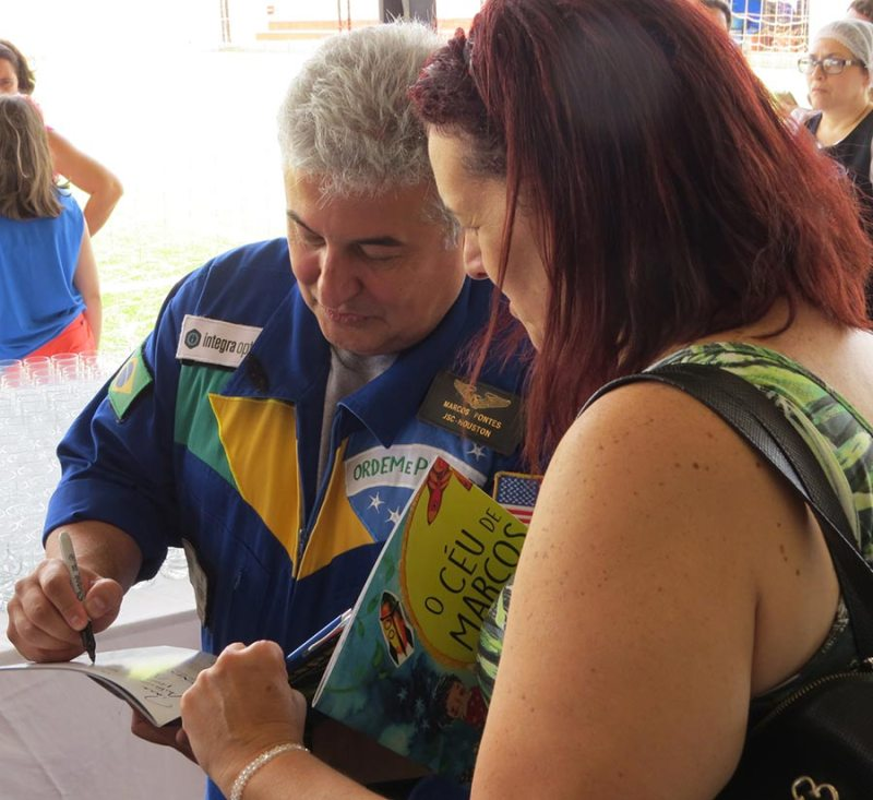 Marcos Pontes fez questão de tirar fotos e autografar os livros de quem se fez presente ao evento