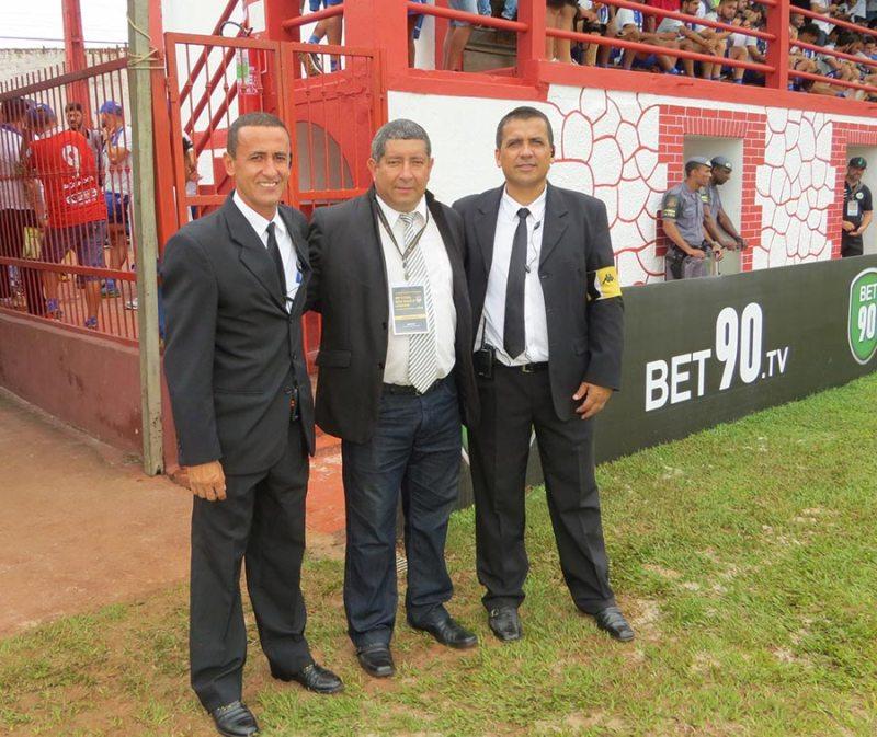 Delegados da partida com o diretor da sede de Cravinhos, Valdir Benetti
